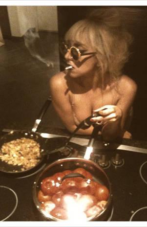 Lady Gaga Cocinando Casi Desnuda En Foto De Twitter Generaccioncom