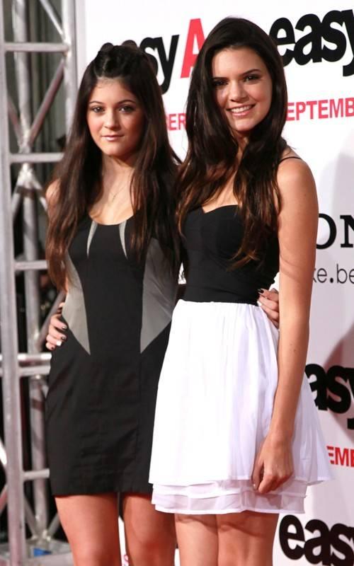 Kylie y Kendall Jenner en el estreno de 'Easy A'