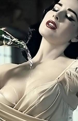 Dita Von Teese promociona marca de agua mineral mojándose el pecho