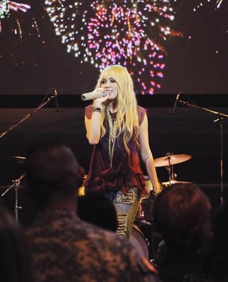 Miley Cyrus rindió homenaje a militares en Hannah Montana Forever