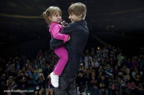 Justin Bieber sube al escenario a su hermana menor