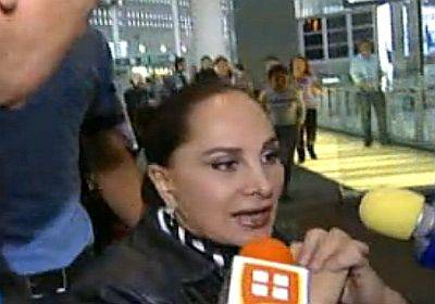 Madre de Paulina Rubio deja México en silla de ruedas