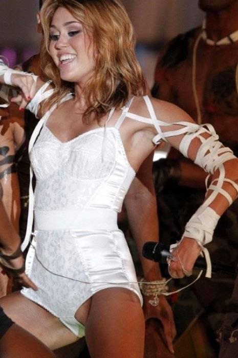 Miley Cyrus casi enseña sus partes íntimas
