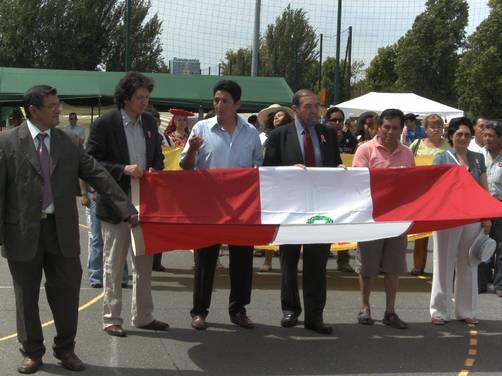 en el desfile de bandera de derecha a izquierda llevando la bandera