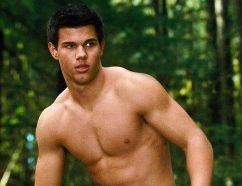 Taylor Lautner no es el único galán que luce los pectorales