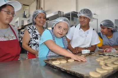Surco: Chicos de OMAPED aprenden a elaborar pizzas y empanadas