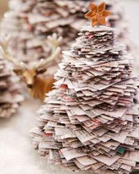 Navidad: Árbol de Navidad hecho con periódicos