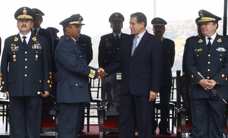 Ministro del Interior, Wilver Calle condecora al Superior PNP, Juan Mogollón Farfán, con la Orden al Mérito