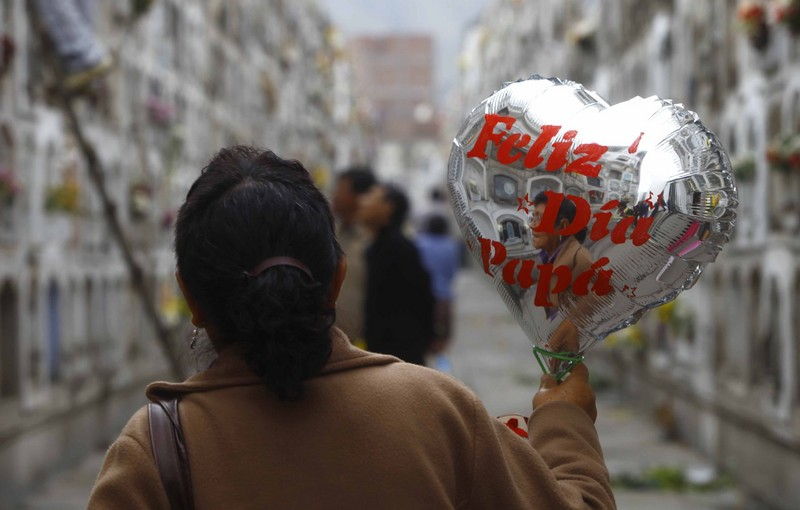 Miles de familias visitan el Cementerio el Ángel por el Día del Padre