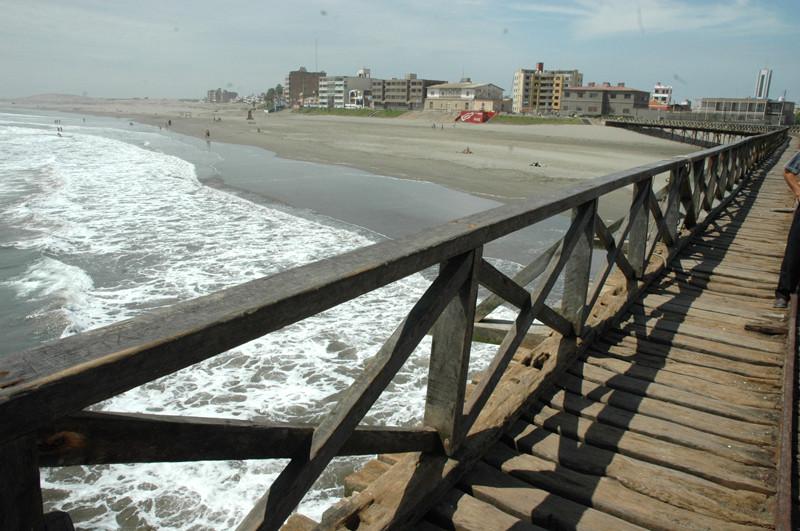 Playa de Pimentel es un hermoso puerto y balneario en Chiclayo el cual posee un gran antiguo muelle y barandas de madera
