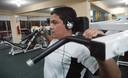 El entrenamiento en gimnasio tiene ventajas y riesgos.que permite desarrollar un grupo muscular específico