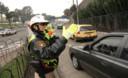 Policía fénix dirigiendo el tránsito en plena vía expresa
