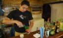 Deliciosos tragos y cocteles de todas partes del mundo son preparados por jóvenes barmans